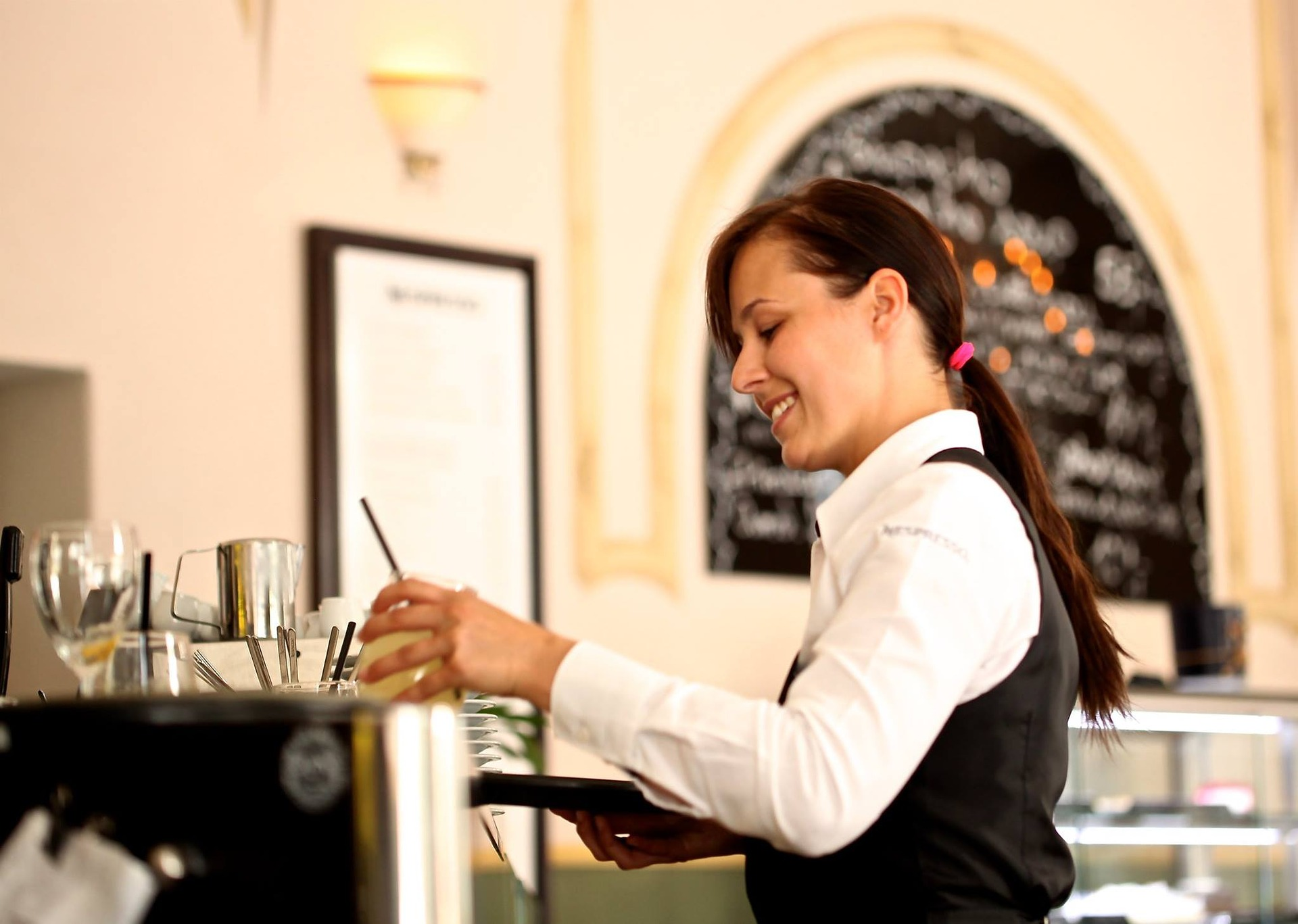 contactless-order-solution-for the-waiter allows to manage the orders : see the items chosen, payment If payed online), get the tips online within the bill